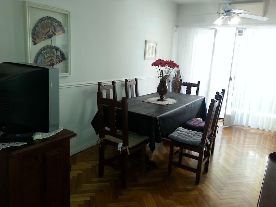 Ambiente amplio, cómodo, cuenta con equipo de aire acondicionado, calefacción individual y ventilador de techo