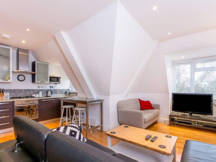 2-bed appt ideally situated by Twickenham station