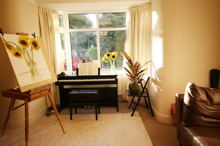 """Ernst"" room. London/Hampton Ct, WiFi, garden view - East Molesey - 一軒家"