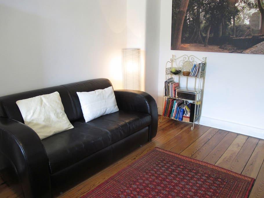 Genug Platz im Wohnzimmer. Statt dieser Schlafcouch stehen hier jetzt 2 Korbsessel. Das neue Sofa wird erst noch geliefert.