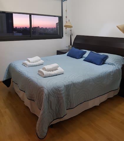 Habitación con cama tamaño Queen. Blanqueria de hotel.