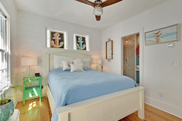 Looking Glass Suite - 4 Blocks to Shem Creek..!