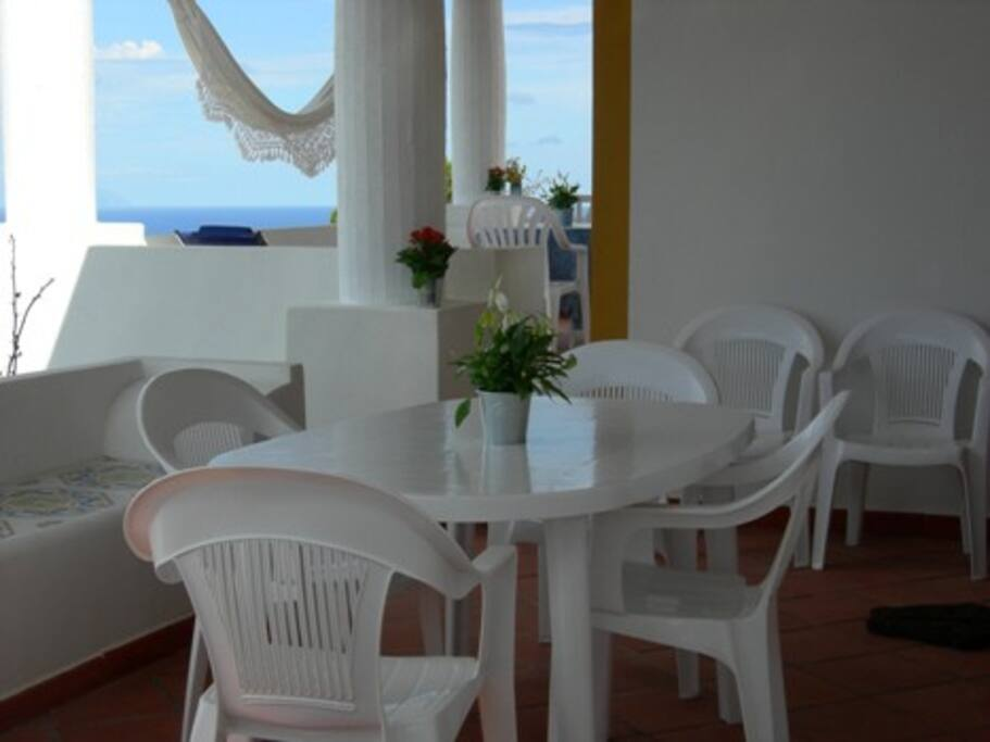 portico esterno attrezzato di tavolo e sedie