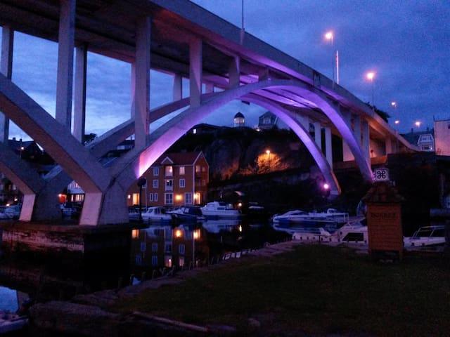 Broen til øya ved nattetid