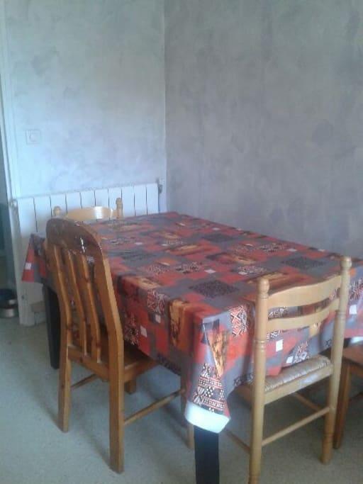 Grande table à rallonge dans le salon.
