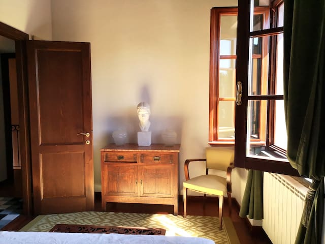 Camera Liberty, primo piano, taglia media, un letto matrimoniale alla francese 140x190,  bagno privato con finestra Velux apribile. Questa camera può ospitare 2 adulti. La camera Art Déco e Liberty hanno un accesso comune tramite scala.