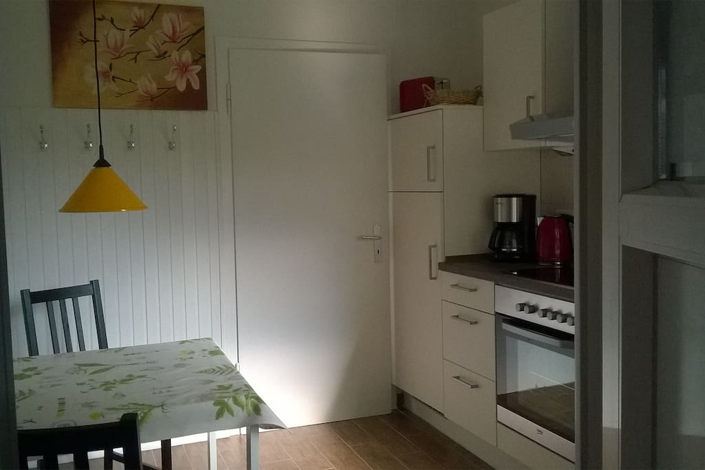 Nagelneue Küche mit Geschirrspüler, Einbauherd mit Ceranfeld und Einbaukühlschrank mit Gefrierfach