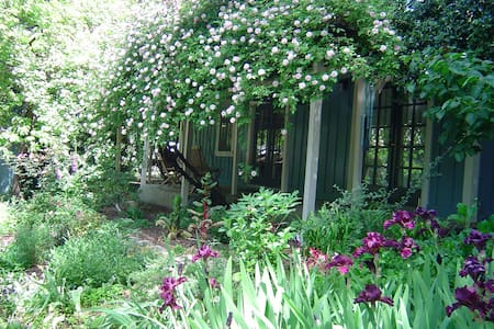 Charming Rose Covered Cottage  - Guerneville - Casa