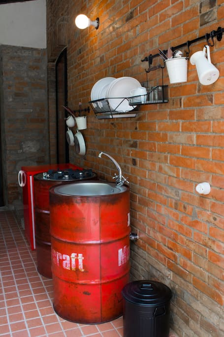 158/5000 Kitchen and stove. Old barrels, selected and processed, have become the basis for an original cuisine without denying the agrarian tradition of the place.