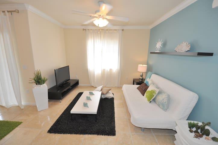 Beautiful New Modern Condo - Fort Myers - Huoneisto