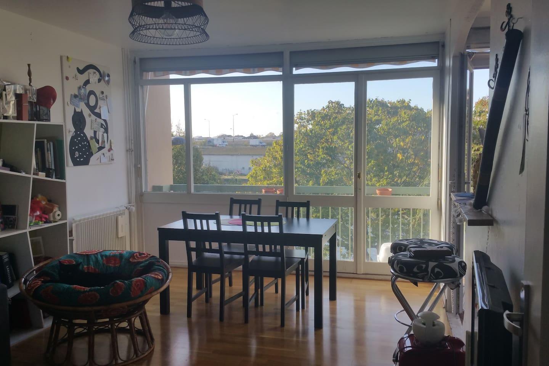 Cuisine ouverte sur salon avec vue sur Seine !