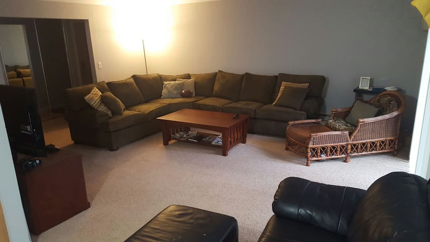 Large apt DT Campbell 8.5 from Levi