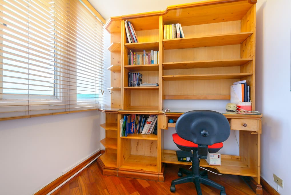 Biblioteca, que permite utilizar el computador con privacidad, iluminado.