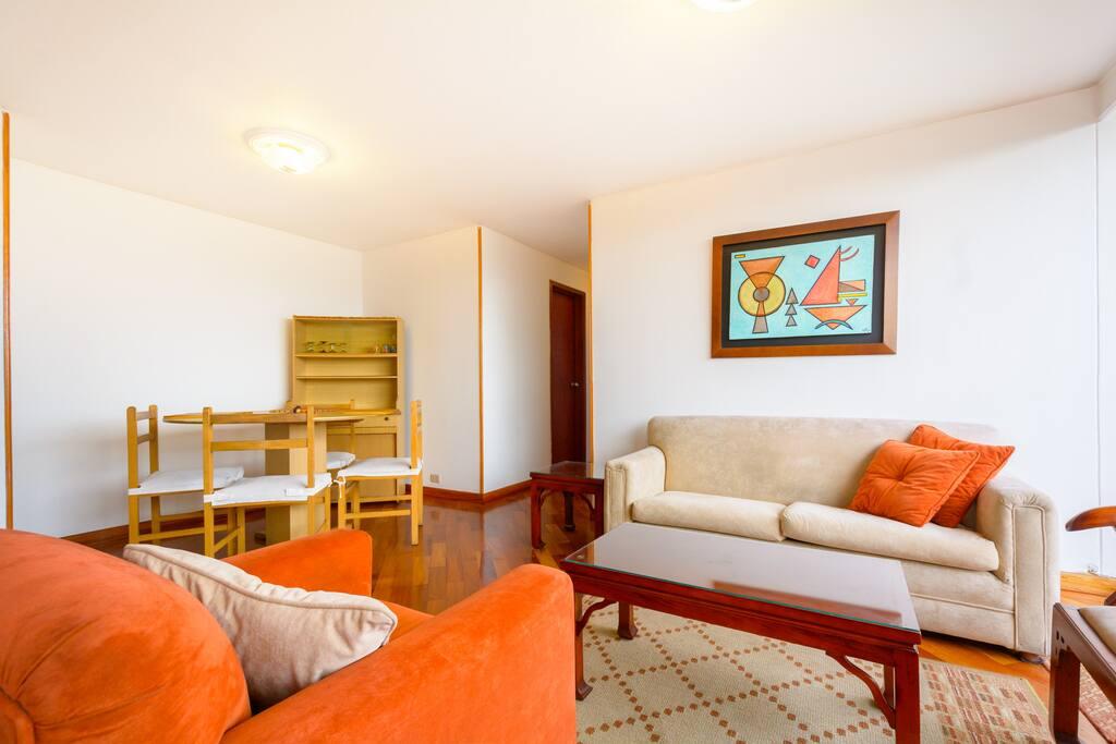 Sala, espacio agradable y cómodo. El comedor de fácil acceso a la cocina.