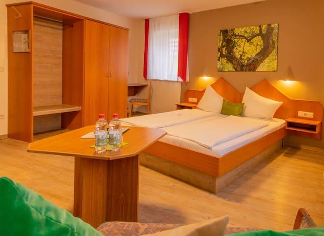 Gasthaus & Hotel Drei Lilien (Werbach), Gästezimmer L - Doppelzimmer | im Lieblichen Taubertal