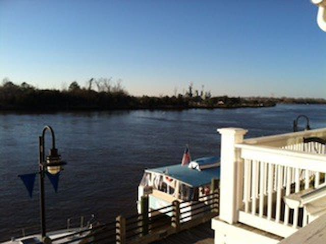 Beautiful downtown condo on river - Wilmington - Condominium