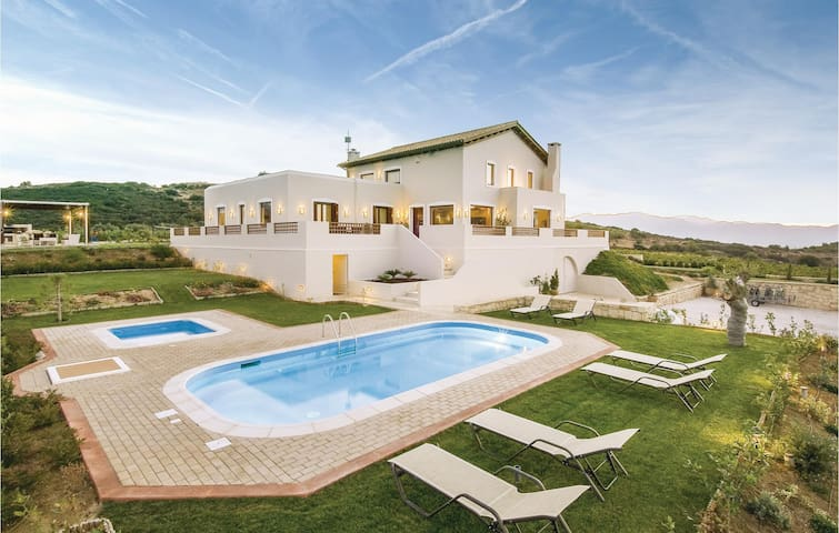 Holiday cottage with 6 bedrooms on 295m² in Houdetsi,Heraklio