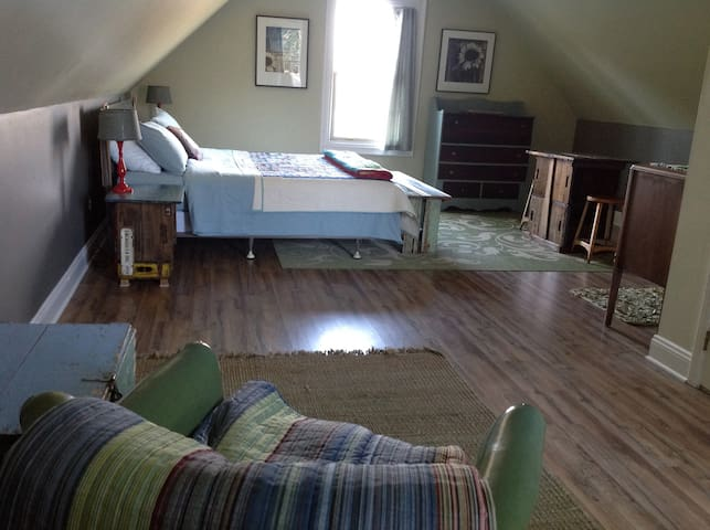 Cozy loft on horse farm, 5 minutes from Lexington