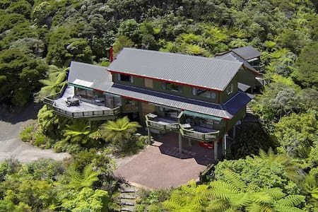 Buffalo Lodge, the treehouse B&B - Coromandel