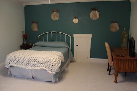 EOS Farm Queen Suite