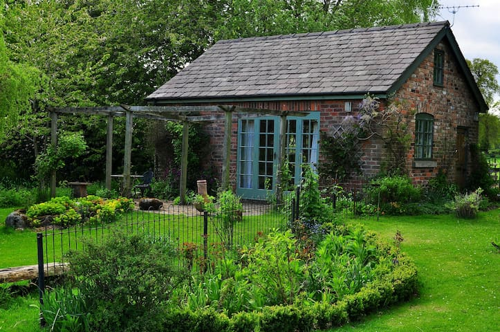 Calm & private garden cottage - Macclesfield  - House