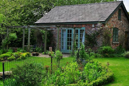 Calm & private garden cottage - Macclesfield