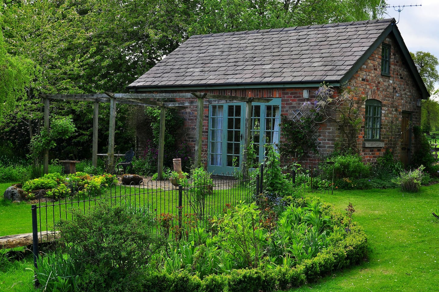 Lovely little cottage with a view overlooking an idyllic pond with outside seating