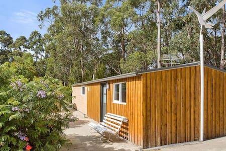 Yellow Point Vineyard Cabin - Birchs Bay - Stuga