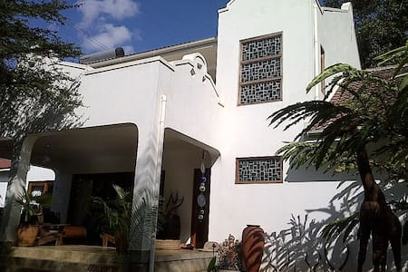 Large modern home with pool, perfectly located. - Kampala - Bed & Breakfast