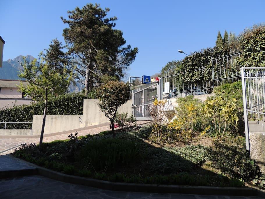 L' accesso al monolocale da qs. lato del Giardino di Dorina