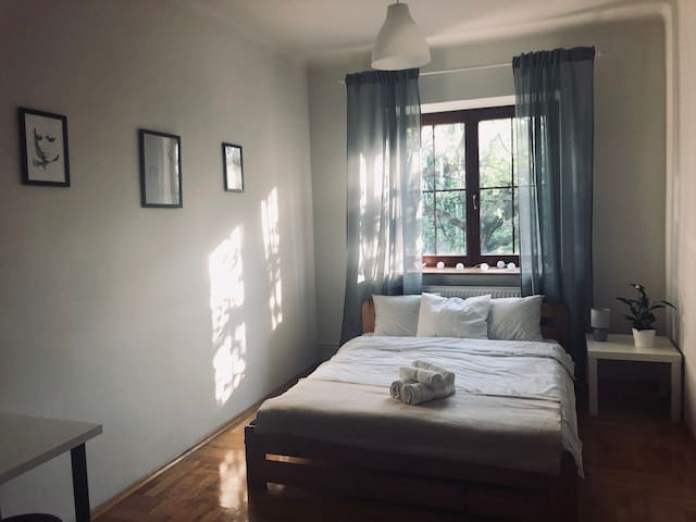 Bright & spacious bedroom -old town- free parking