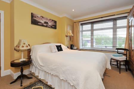lovely comfortable room - Chippenham - Hus