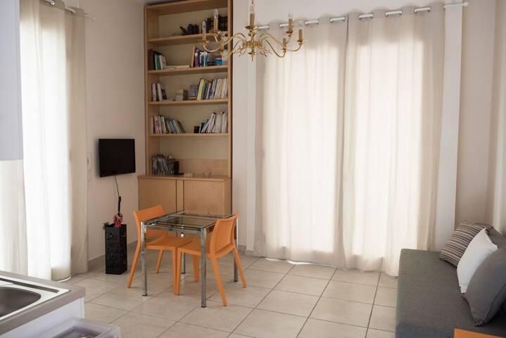 tavolo allungabile, divano letto, tv a led.