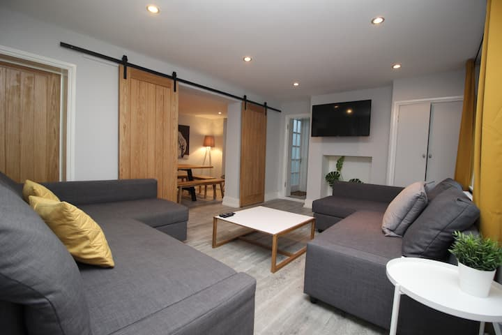 STYLISH MEWS HOUSE, SLEEPS 12, TOWN CENTRE,PARKING