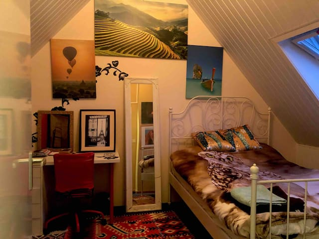 Cozy clean room & queensize bed closely Amsterdam