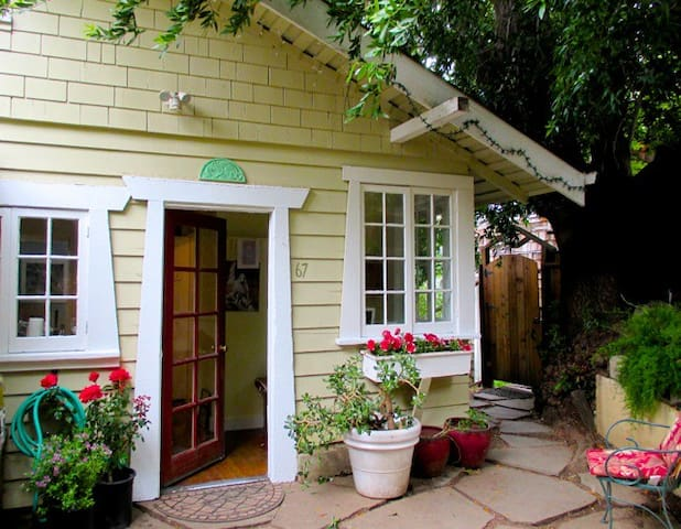 Charming, Views, 2 Blocks to Town, Vintage Cottage