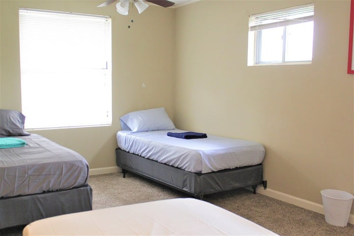 Relaxing Twin bed close to Airport & Fast Wifi  #B