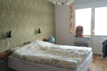 Rymlig och ljus lägenhet - Älta