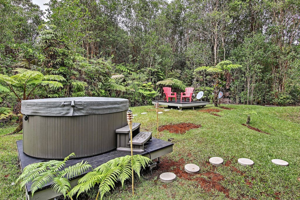 Enjoy your private hot tub after at long day at Volcano National Park. Relax and take in the sights and sounds of the rain forest.