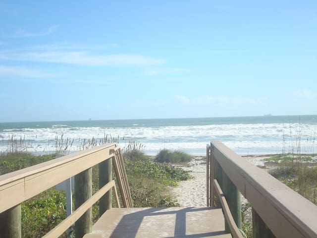 OCEAN BREEZE CONDO - SLEEPS 5 - STEPS TO THE BEACH