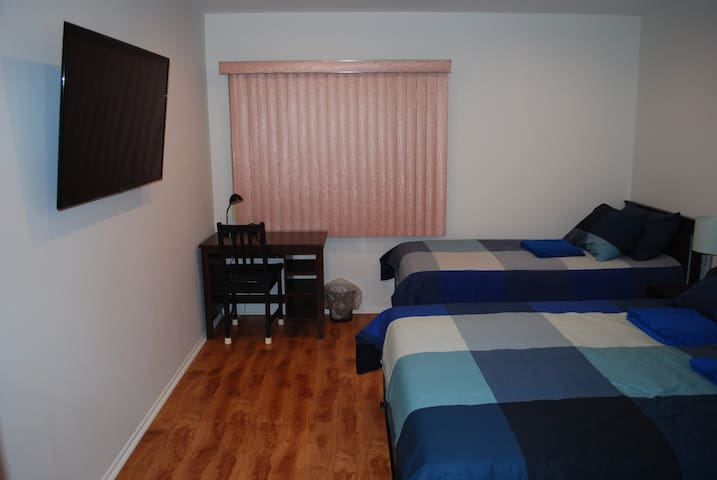 Blue Room/ pvt bth/ prkg/ all new/ TV/near freeway