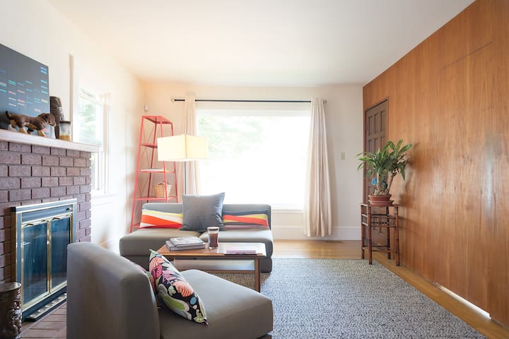 Lovely Downtown Bedroom, 5 Min Walk to Caltrain! - San Mateo