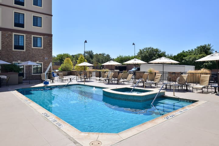 Free Breakfast + Outdoor Pool | Executive Queen Studio 15 Minutes from Six Flags!