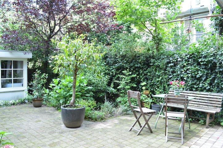 Cozy&romantic garden apartment close to Vondelpark