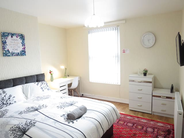 ★ Bright, Sunny, Central Double Room w/ parking