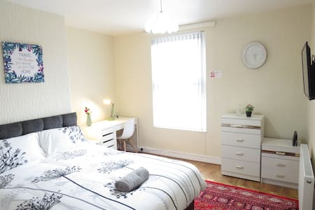 Bright, Sunny, duble bed with parking and garden.