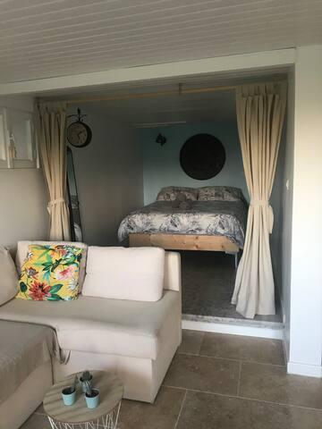 Séjour avec chambre en prolongement