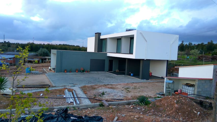 Modern house, peaceful location - Vila Nova da Barquinha - Hus