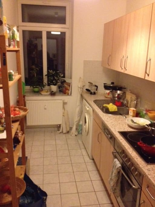 Eine komplett eingerichtete Küche steht euch zur Verfügung. (+ Waschmaschine)