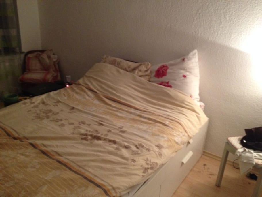 Das Bett bietet auch zu zweit viel Platz.